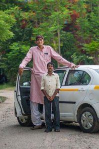 ये हैं हिन्दुस्तान के सबसे लम्बे आदमी, अपनी हाइट की वजह से झेलनी पड़ती हैं काफी तकलीफें